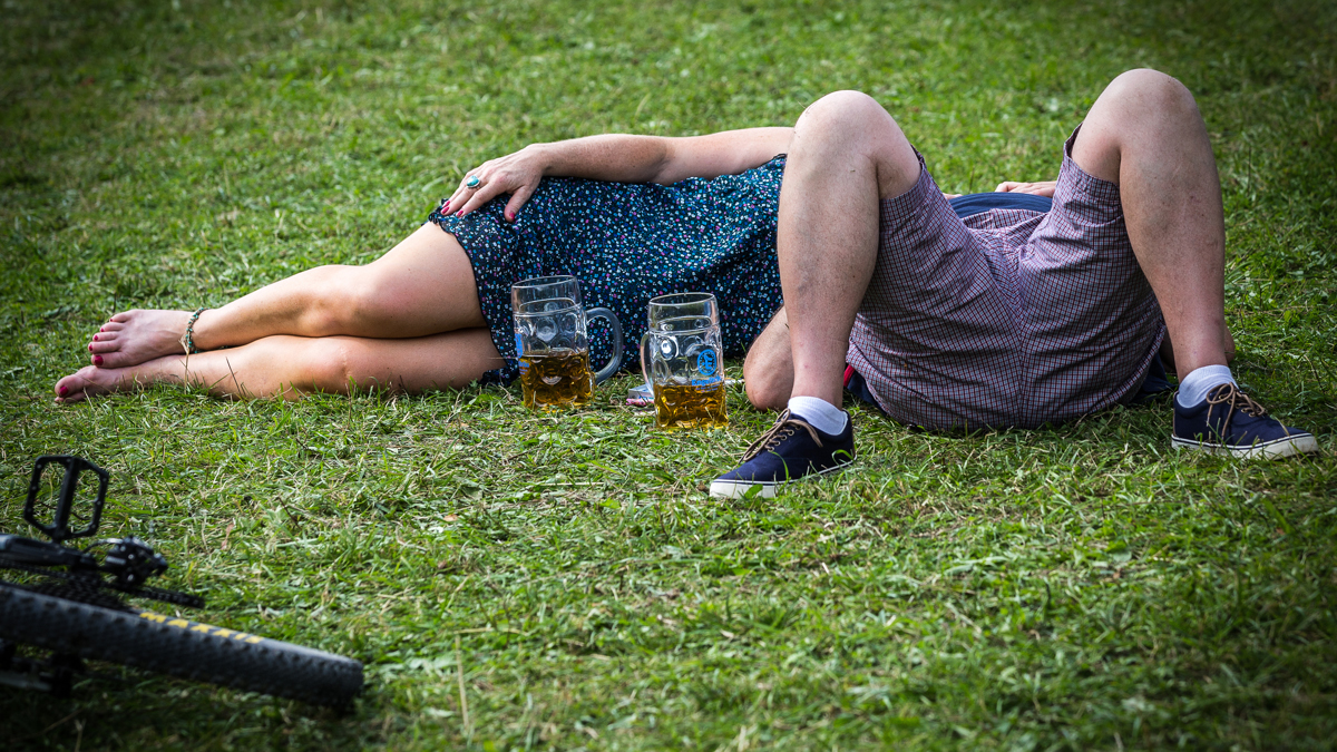 Betrunkene liegen auf einer Wiese