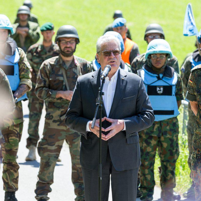Der Bundespraesident besucht am 4. Juli 2016 das Allgaeu nahe Isny im Rahmen der internationalen 4-Peace Central Europe Uebung.